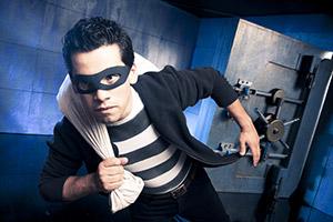 Ladro mascherato in fuga dal caveau