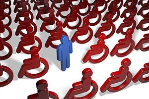 Una figura Normodotata attorniata da figure Disabili