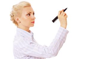 Donna con un pennarello in mano