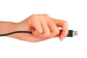 Mano di donna con cavetto USB