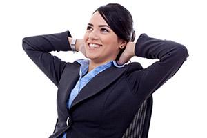 Donna manager dall'aria compiaciuta e soddisfatta
