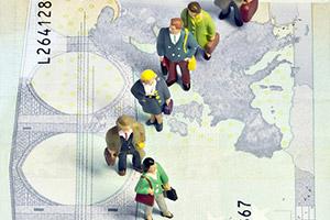 Figurine tridimensionali in piedi su una banconota